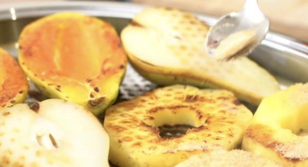 Das Obst mit 2 EL braunen Zucker bestäuben.