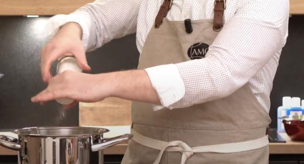 Die geschnittenen Kartoffeln in den Topf legen. Anschließend alles gut salzen.