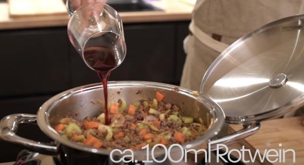Noch einmal alles gut mit Salz würzen. Anschließend ca. 100ml Rotwein hinzugeben. Alles gut umrühren und köcheln lassen.