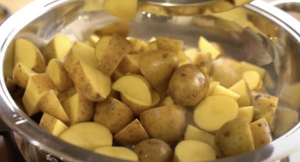 Anschließend die Kartoffeln in die Hotpan geben.  Wichtig: Die Kartoffeln nicht umrühren, sondern 3-5 Minuten mit offnen Deckel braten lassen, bis sie schön knusprig sind.