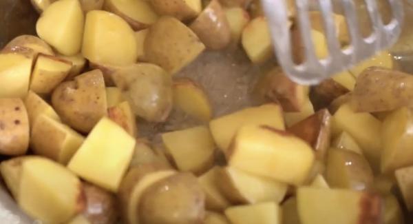 Die Kartoffeln einmal wenden.