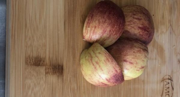 Äpfel vierteln, entkernen und in kleine Stücke schneiden.