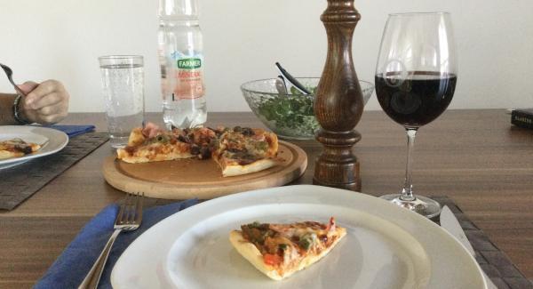 Pizza herausnehmen und auf ein Pizzabrett legen, mit Olivenöl beträufeln und mit AMC-Pepper Trio bestreut, servieren.