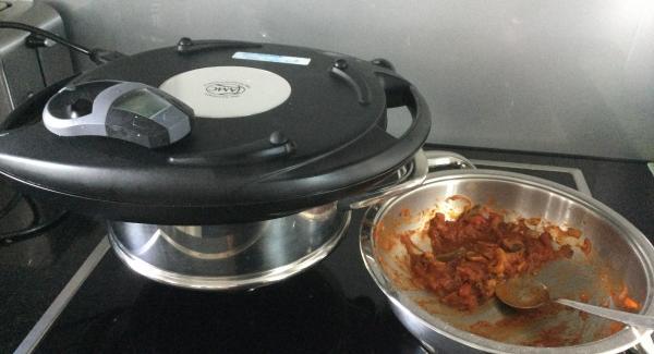 Tomatenmark und Ketchup dazu, kurz mitkämpfen und mit der hausgemachten Tomatensugo ablöschen und auffüllen. Ca. 6-8 Min. Bei reduzierter Hitze leicht köcheln lassen, dann mit AMC-Gewürz Rustico abschmecken. Hitze ausschalten und ebenfalls bereitstellen.