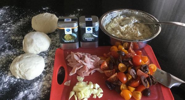 Zwiebel und Knoblauch schälen, Zwiebeln in feine Streifen schneiden und den Knoblauch hacken. Alles bereitstellen. (MIse en place)