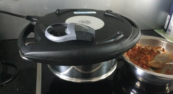 Den geteilten Pizzateig von Hand oder mit dem Wallholz auf einer gut bemehlten Arbeitsfläche rund ausziehen oder -rollen ca. 25-26 cm im Durchmesser.
