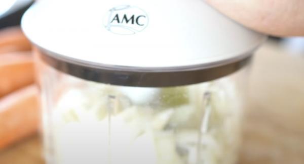 Eine mittelgroße Zwiebel schälen und mit dem Quickcut zerkleinern.