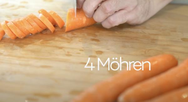 4 Möhren in Scheiben schneiden.