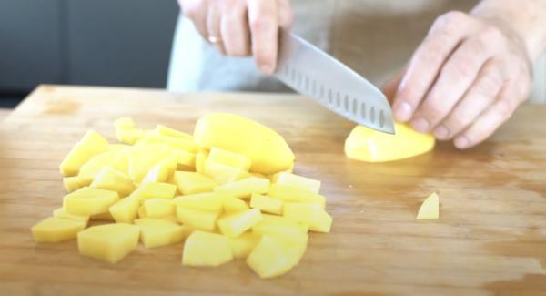 Vier Kartoffeln schälen und in Würfel scheiden.
