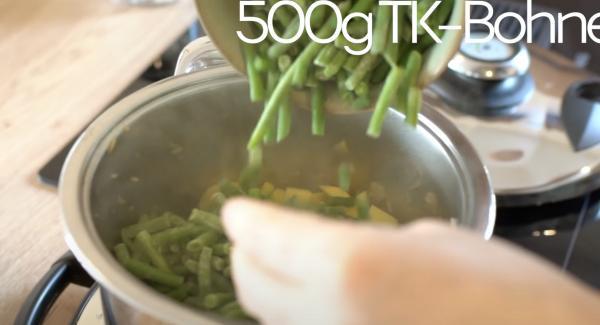 Die Kartoffeln und 500g TK-Bohnen mit in den Topf geben.