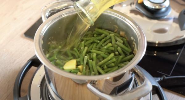 Anschließend den Topf mit Gemüsebrühe auffüllen (ca. 1,5L).