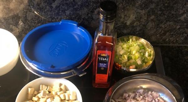 Alle Produkte für die Sauce vermischen und in eine Servierschale bereitstellen.