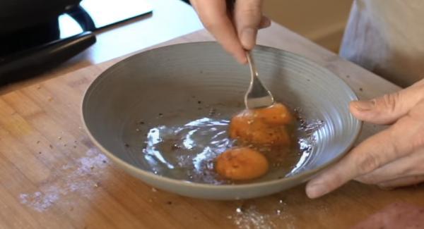 Die zwei Eier gut mit Salz, Pfeffer und Intenso würzen und anschließend verrühren.