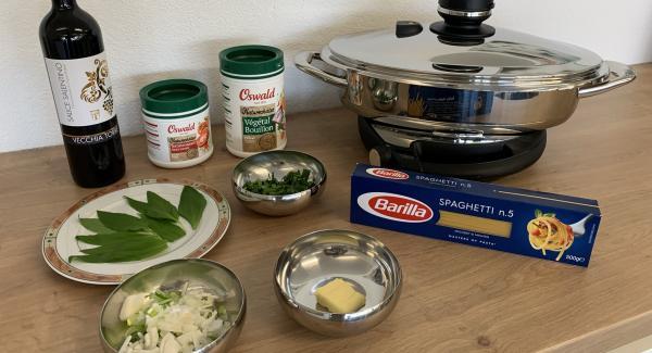 Zwiebel mit Butter andünsten, Bärlauch dazugeben. Mit Rotwein ablöschen. Bouillon dazu geben und alles aufkochen.
