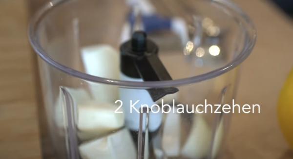 Eine Zwiebel und zwei Knoblauchzehen Kleinscheiden und mit dem Quickcut zerkleinern.