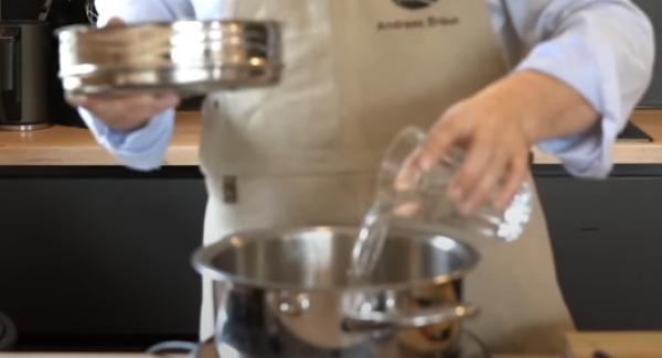 In den 3,5 Liter Topf ca. 200ml Wasser geben. Anschließend den Softerera-Einsatz in den Topf setzen.