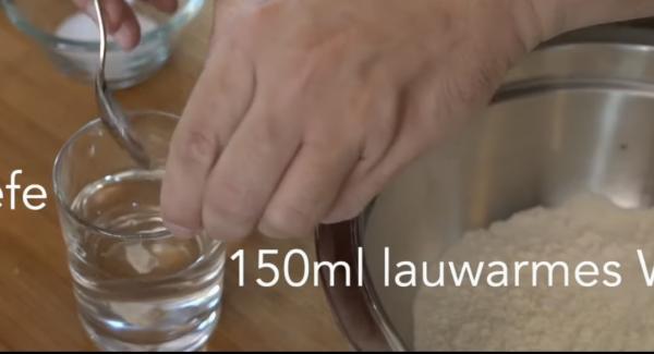 150ml lauwarmes Wasser und 8g Hefe miteinander vermischen.