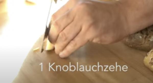 Eine Knoblauchzehe kleinschneiden.