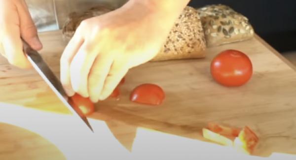 Die Tomaten kleinscheiden.