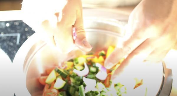 Eine rote Zwiebel kleinscheiden und zu dem Salat geben.