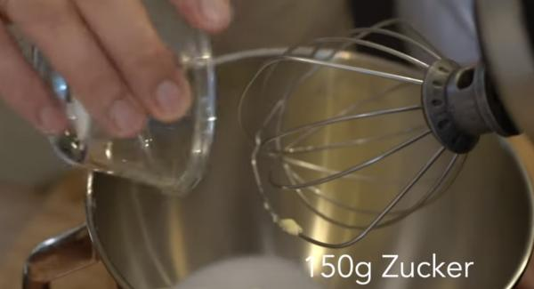250g Butter und 150g Zucker in die Küchenmaschine geben und alles solange rühren bis es cremig ist.