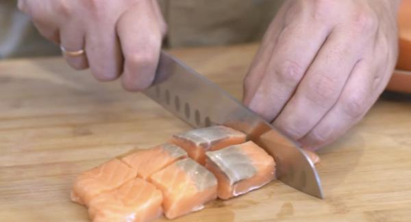 Den TK-Lachs auftauen lassen und in Würfel schneiden.