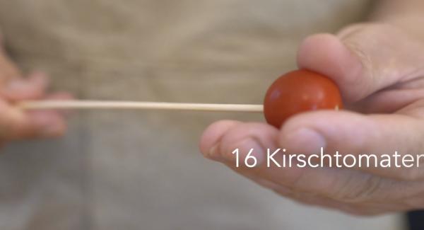 Auf einem Schaschlik-Spieß eine Kirschtomate aufspießen.