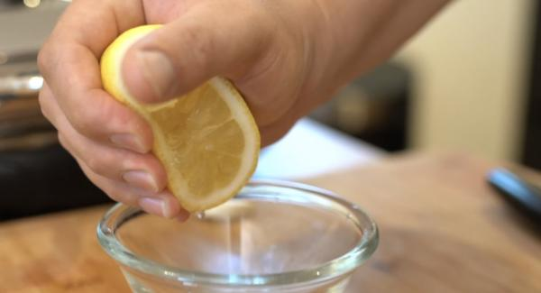 Eine Zitrone auspressen.