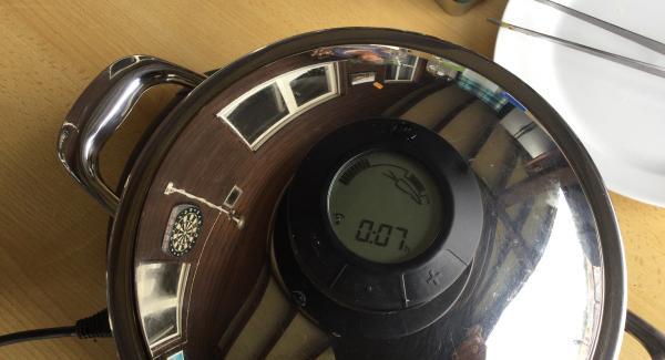 Den Navigenio smart erneut auf Automatik (A) schalten, den Topf mit dem Deckel schliessen und den Audiotherm smart wieder auf den Visiotherm setzen. Audiotherm smart auf das Gemüsesymbol klicken und 8 Min. eingeben (Nudelgarzeit beachten). Navigenio smart blinkt wieder blau und das Fertiggaren übernimmt AMC.