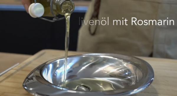 ca. 7 EL Olivenöl in eine Schale gießen. Optimal ist es, wenn Rosmarien in das Olivenöl gelegt worden ist.