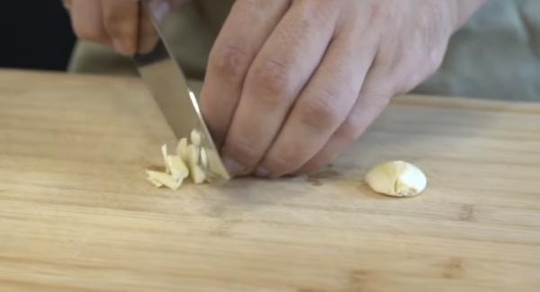 Zwei Knoblauchzehen kleinhacken. Anschließend den gehackten Knoblauch in das Olivenöl geben.
