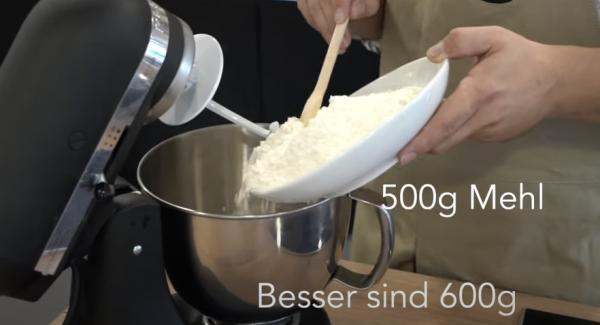 In eine Küchenmaschine 600g Mehl geben.