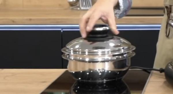Die Kombischüssel in die Sauteuse legen und mit einem Servierdeckel verschließen.