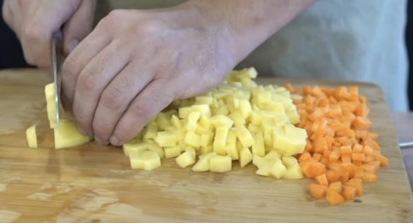 500g Kartoffeln und 3 Möhren kleinscheiden.