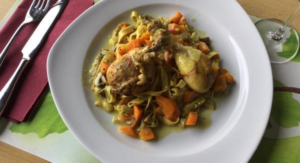 Gemüse-Zitronennudeln auf vorgewärmten Tellern anrichten und mit den leicht gebräunten Schenkeln belegen.