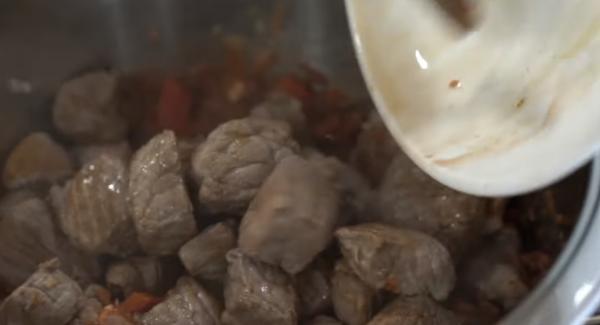 Anschließend die Paprika, Schweinenacken und das Rindfleisch in den Topf geben.