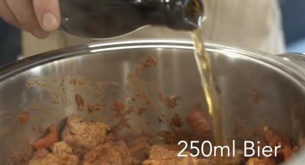 250ml Bier dazugeben. Wichtig: Das ganze für ca. 5 Minuten köcheln lassen.