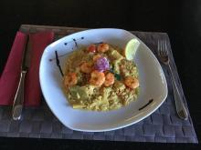 Gemüse-Reis mit grillierten Crevetten nach thailändischer Art