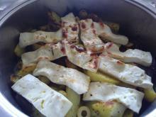 mediterane Backkartoffeln mit roten Zwiebeln, Oliven und Feta