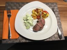 Lammracks grilliert mit Tomaten-Bratkartoffeln und Kräutergurkensalat