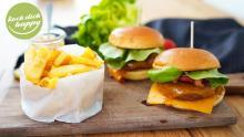 Vegetarischer Cheeseburger mit Pommes