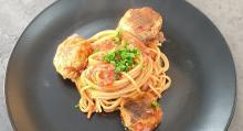 Spaghetti mit Hackbällchen in Tomatensoße